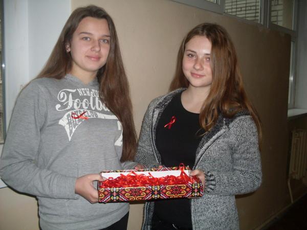 У школі відбулася акція «Червона стрічка» під гаслом одягни червону стрічку –   1 грудня -  Всесвітній день боротьби зі СНІДом. Покажи, що ти разом зі світом проти СНІДу!