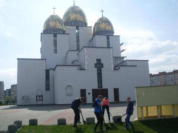 Передвеликоднє впорядкування території церкви Різдва Пресвятої Богородиці