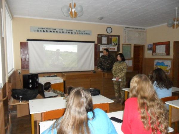 Зустріч учнів-старшокласників із курсантом Академії сухопутних військ Свинар Христиною