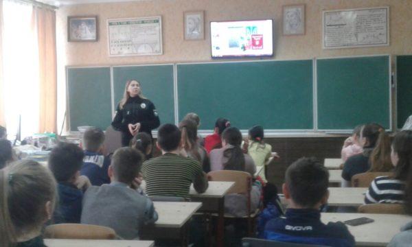 Зустріч учнів 8 В з лейтенантом поліції